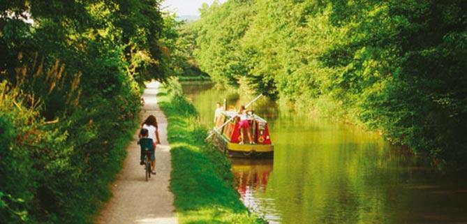 A stretch of Kennet and Avon Canal